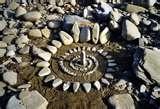 """20 - Quedaban muchos temas pendientes y tenia el firme propósito de ampliar la misión cuanto fuese necesario. El siguiente objetivo, muy importantes, era encontrar """"la espiral de la vida"""" el símbolo que representa el inicio de todo y señala la trayectoria hasta llegar al infinito y que une a través de un común denominador a la mitología universal. Por supuesto, este logro nos guiaría al concepto de los Círculos de Confianza y de esta manera podría completar la mágica trilogía."""