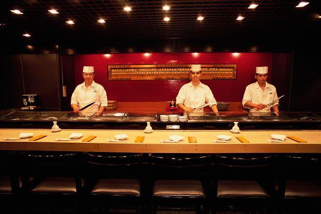 17 - Maestros de sushi en un restaurante