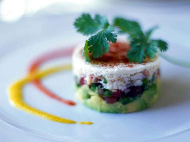 28 - Timbal de vegetales, aguacate y surimi - Ingredientes:  - 1/2 aguacate - 1 cebolla morada - 1 pimiento verde - 2 barritas de surimi - 1 lámina de queso fresco