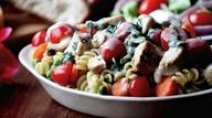 36 - Asa pollo o pásalo por la plancha o una parrilla hasta que quede bien crujiente por fuera. Añádelo a una ensalada de pasta. Añade tomates y brócoli hervido y aliña con aceite de oliva virgen en el que se fríen previamente unos ajos en trocitos pequeños.