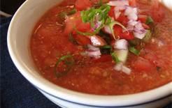 04 - Se suele servir generalmente al inicio de cada comida. La primera clasificación suele hacerse en función de la temperatura de servir, es decir en sopas frías, o sopas calientes. En este grafíco el gazpacho andaluz, un clasico de las sopas frías.