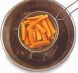30 – BLANQUEAR. Dar un cocimiento breve a ciertos alimentos en agua hirviendo y luego refrescar en agua fría, para mejorar el sabor, ablandarlos o extraerle las sustancias (sangre, por ejemplo) que le dan color,