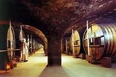 04 - En 1903 los cartujos son expulsados de Francia. Se llevan su secreto e implantan una destilería en Tarragona (España) que se convierte en el centro de elaboración del licor, al que llaman