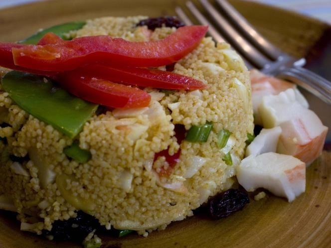 24 - Cuscús con surimi y vegetales - Ingredientes:  - 8 palitos de surimi - 100 g de judías verdes - 1 pimiento rojo - Albahaca troceada - 160 g de cuscús - 1 limón - Aceite de oliva - Pimienta negra - Sal