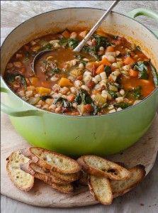 13 - Minestrone - es una especialidad de la cocina italiana, parecida a la tradicional sopa de verduras española. A menudo se le añade algo de pasta o arroz. Los ingredientes más comunes son judías, cebollas, apio, zanahorias, y tomates (todos ellos finamente picados). No existe una receta fija para la elaboración de la minestrone, ya que se suelen emplear las verduras típicas de la estación del año y lugar en que se prepara.