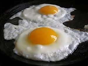 029 - Para hacer huevos fritos es básico que el aceite esté bien caliente. De lo contrario, lo más probable es que se peguen a la sartén.
