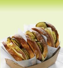 06 - FINNISH PORILAINEN - Sandwich finandes de salchicha, cebolla, pepinillo, ketchup, mostaza y mayonesa
