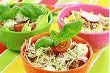 06 – Se acepta como sinónimo de régimen alimenticio, que alude al conjunto y cantidades de los alimentos o mezclas de alimentos que se consumen habitualmente.