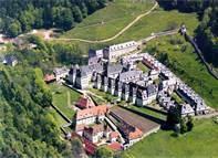 02 - Chartreuse es un licor de hierbas tradicional francés. El licor se denomina así en honor al monasterio cartujo de Grande Chartreuse, de donde procede, que toma a su vez el nombre del macizo de la Chartreuse, en los Alpes, la región de Francia donde se ubica el monasterio.