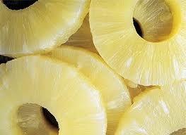 23 PIÑAS - Entre las propiedades medicinales del mismo la más notable es la de la enzima proteolíctica llamada bromelina, que ayuda a metabolizar los alimentos. Es también diurético, ligeramente antiséptico, desintoxicante, antiácido y vermífugo. Se ha estudiado su uso como auxiliar en el tratamiento de la artritis reumatoide, la ciática, y el control de la obesidad.  Es rico en vitamina C y en fibra. La alta concentración de bromelina en la cáscara y otras partes para evitar infecciones.