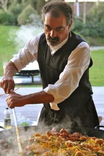 """05 - La Paella - La quincuagésima tercera edición de este concurso, celebrado en la que se considera """"la ciudad arrocera de España, ha congregado a cocineros de todo el mundo, como el de la Casa Paella, de Nueva Zelanda (en la foto); del Vale Paella, de Tokio (Japón); o del Restaurante Picasso, de Hamburgo (Alemania)."""